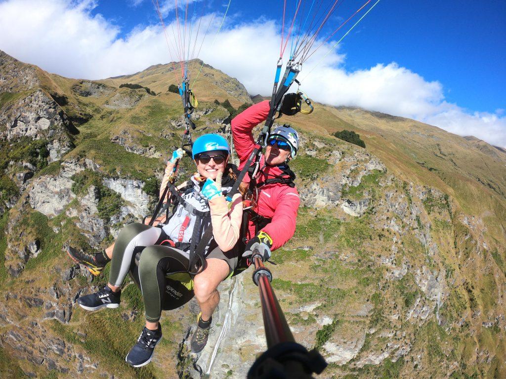 Read more about the article Wir laufen fröhlich über eine Klippe in fast 1.000 Metern Höhe – Paragliding in Wanaka [NZ]